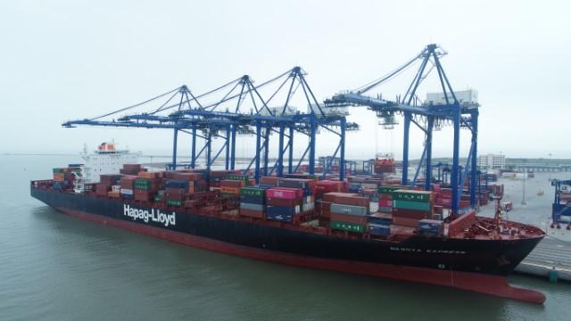 Tàu Nagoya Express có tải trọng trên 100,000 tấn, với sức chở 8.600 TEU (container 20 feet) , chiều dài 335m là một trong những tàu container lớn nhất từ trước đến nay cập cảng khu vực phía Bắc.