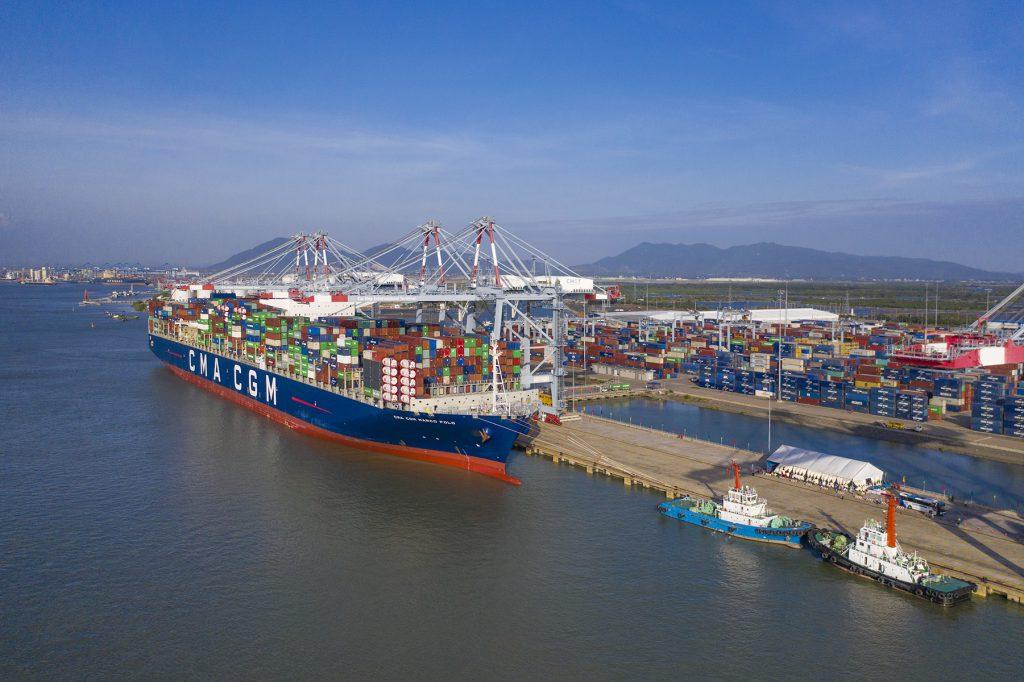 Tàu CMA CGM Marco Polo trọng tải 187,000DWT sức chở gần 17,000TEU cập cảng CMIT hàng tuần