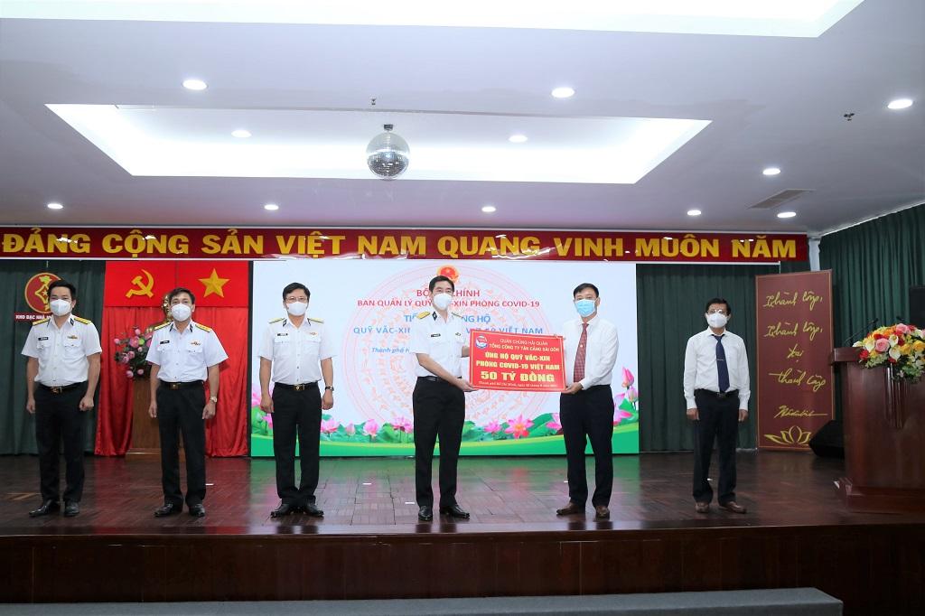 Tổng Công ty Tân cảng Sài Gòn trao tặng 50 tỷ đồng cho Quỹ Vắc xin phòng, chống Covid-19 của Chính phủ